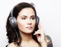 Livsstil och folkbegrepp: Ung kvinna med hörlurarliste Royaltyfria Bilder