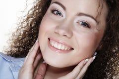 Livsstil och folkbegrepp: Ung lycklig kvinna med lockigt hår royaltyfri foto