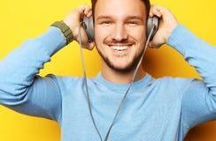 Livsstil och folkbegrepp: ung man som lyssnar till musik med royaltyfri bild