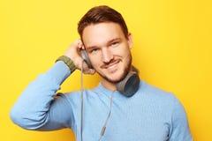 Livsstil och folkbegrepp: ung man som lyssnar till musik med royaltyfria bilder