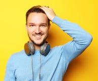 Livsstil och folkbegrepp: ung man som lyssnar till musik med royaltyfria foton