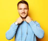 Livsstil och folkbegrepp: ung man som lyssnar till musik med arkivbild