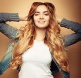 Livsstil och folkbegrepp: Ung tillfällig kvinnastående Ren framsida, lockigt hår royaltyfria foton