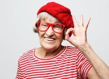 Livsstil, sinnesrörelse och folkbegrepp: Äldre lycklig ok kvinnavisning royaltyfri fotografi