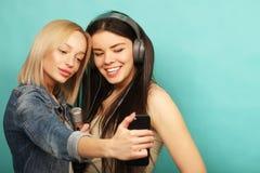 Livsstil, sinnesrörelse och folkbegrepp: Lyckliga flickor med microp Fotografering för Bildbyråer