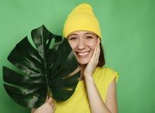 Livsstil, sinnesrörelse och folkbegrepp: Ung härlig kvinna som bär gul tillfällig kläder royaltyfria foton