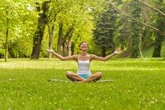 Livsstilbegrepp - den härliga lyckliga kvinnan som tycker om, kopplar av utomhus- Arkivfoton