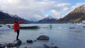 Livsstilbild av den unga kvinnan som tycker om härligt vinterlandskap Nyazeeländsk glaciär för södra ö royaltyfri foto