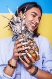 Livsstilfolkbegrepp den unga nätta le indiska flickan med ananas, asiatisk sommar bär frukt Royaltyfri Bild