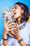 Livsstilfolkbegrepp den unga nätta le indiska flickan med ananas, asiatisk sommar bär frukt Arkivfoto