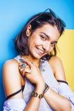 Livsstilfolkbegrepp den unga nätta le indiska flickan med länge spikar att bära mycket av smyckencirklar, asiatisk sommar Arkivbilder