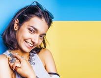 Livsstilfolkbegrepp den unga nätta le indiska flickan med länge spikar att bära mycket av smyckencirklar, asiatisk sommar Arkivfoton