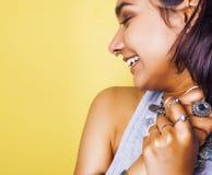 Livsstilfolkbegrepp den unga nätta le indiska flickan med länge spikar att bära mycket av smyckencirklar, asiatisk sommar Arkivfoto
