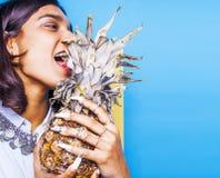Livsstilfolkbegrepp den unga nätta le indiska flickan med länge spikar att bära mycket av smyckencirklar, asiatisk sommar Royaltyfri Bild