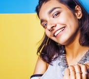 Livsstilfolkbegrepp den unga nätta le indiska flickan med länge spikar att bära mycket av smyckencirklar, asiatisk sommar Royaltyfria Foton