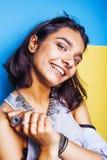 Livsstilfolkbegrepp den unga nätta le indiska flickan med länge spikar att bära mycket av smyckencirklar, asiatisk sommar Fotografering för Bildbyråer