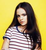 Livsstilfolkbegrepp: det nätta barnet skolar den tonårs- flickan som har roligt lyckligt le på gul bakgrund Royaltyfria Bilder