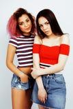 Livsstilfolkbegrepp: tonårig flicka för nätt stilfull modern hipster som två har gyckel tillsammans, blandade lopp för olik natio royaltyfria foton