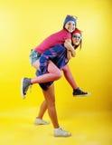 Livsstilfolkbegrepp: tonårig flicka för nätt stilfull modern hipster som två har gyckel tillsammans, lycklig le danandeselfie royaltyfria bilder