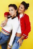 Livsstilfolkbegrepp: tonårig flicka för nätt stilfull modern hipster som två har gyckel tillsammans, lycklig le danandeselfie Arkivbilder