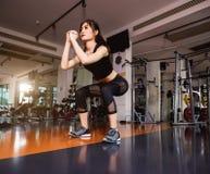 Livsstilkvinnaflickor som gör göra squats arkivbilder