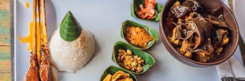 Livsstilmat En maträtt som består av ris, stekt fisk med trächampinjoner och olika sorter av såsBANRET, långt format arkivbilder