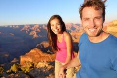 Livsstilpar som fotvandrar i Grand Canyon Arkivbilder