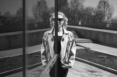 Livsstilsommar som går den härliga unga kvinnan fotografering för bildbyråer