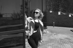 Livsstilsommar som går den härliga unga kvinnan royaltyfria bilder