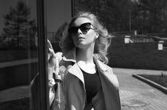 Livsstilsommar som går den härliga unga kvinnan arkivbild