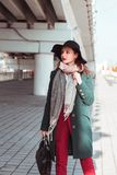 Livsstilstående av bärande fashionab för härlig brunettmodell Arkivbilder