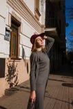 Livsstilstående av den nätta modellen som bär moderiktiga grå färgnedgångdres Fotografering för Bildbyråer