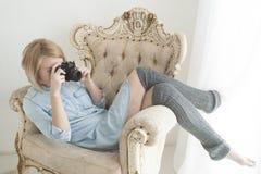 Livsstilstående av den nätta unga kvinnan som har gyckel med kameran Royaltyfria Foton