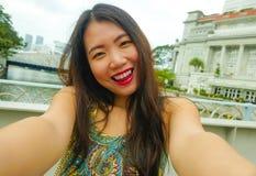Livsstilstående av den unga härliga och lyckliga asiatiska koreanska turist- kvinnan som tar selfiefotoet med att le för mobiltel royaltyfria bilder