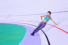 Livsstilstående av den unga och idrotts- flickan som gör uppvärmning och genomkörare och sträckning arkivbild