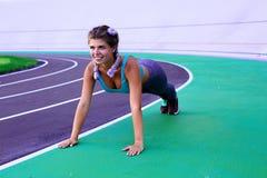 Livsstilstående av den unga och idrotts- flickan som gör uppvärmning och genomkörare och sträckning royaltyfri foto