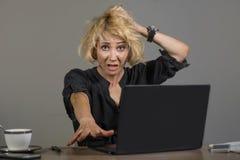 Livsstilstående av den unga stressade och smutsiga affärskvinnan som arbetar på känsla för skrivbord för kontorsbärbar datordator arkivbilder