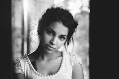 Livsstilstående av en kvinnabrunettcloseup Romantiker försiktig, mystisk eftertänksam bild av en flicka Flickaösterlänningutseend Arkivbild
