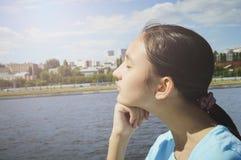 Livsstilstående av en tonårs- flicka Sommar semester, ferie royaltyfri fotografi