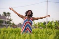 Livsstilstående av ungt attraktivt och lyckligt svart afro amerikanskt posera för kvinna som är gladlynt ha rolig det fria på här arkivbild