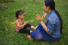 Livsstilst?endemamma och dotter i lycka p? yttersidan i ?ngen, rolig asiatisk familj i en risf?lt royaltyfri fotografi