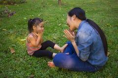 Livsstilst?endemamma och dotter i lycka p? yttersidan i ?ngen, rolig asiatisk familj i en risf?lt royaltyfria bilder