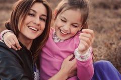 Livsstiltillfångatagande av den lyckliga moder- och preteendottern som har utomhus- gyckel Älska familjen som tillsammans spender Fotografering för Bildbyråer