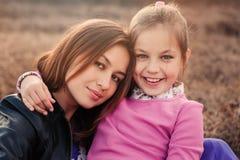 Livsstiltillfångatagande av den lyckliga moder- och preteendottern som har utomhus- gyckel Älska familjen som tillsammans spender Royaltyfri Bild