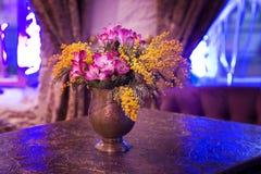 1 livstid fortfarande Blomma i vas på tabellen I restaurang på natten Arkivbilder