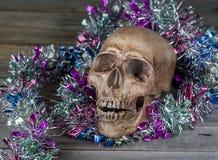 1 livstid fortfarande Den mänskliga skallen dekorerade med girlander på den gamla wooden Royaltyfria Bilder