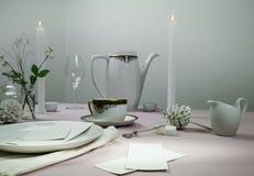 1 livstid fortfarande elegant inställningstabell bordduk, stearinljus, antikt porslin - kopp och tefat, tekanna Royaltyfri Bild