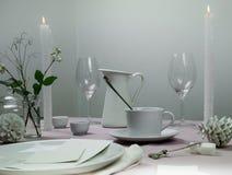 1 livstid fortfarande elegant inställningstabell bordduk stearinljus, kopp, tefat Royaltyfria Foton