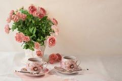 1 livstid fortfarande Frukost med blommor och kopp te Royaltyfri Bild