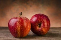 1 livstid fortfarande röda äpplen på den lantliga tabellen Royaltyfria Foton